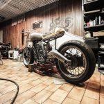 moto dans un garage solidaire