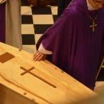 cercueil en bois dans une église lors d'un enterrement