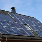 des panneaux photovoltaiques sur une ancienne maison