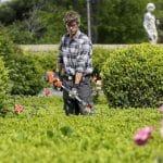 homme faisant du jardinage