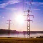 pylônes électriques dans un champ