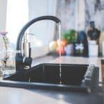 eau qui s'écoule du robinet